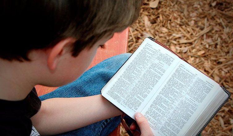 niño leer biblia